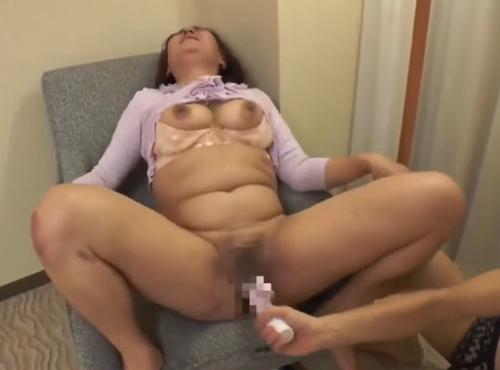 txxxl.com 動画 日本人の巨乳熟女にフェラさせてどっぷり中出しSEXする動画
