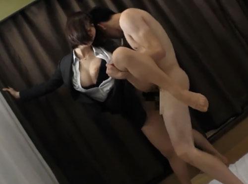 新卒OLがストッキングを破られて着衣セックスで絶頂するザ-メン好きadaruto動画