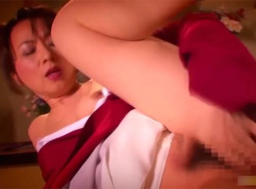 熟女AV女優・牧原れい子が着物を乱しながら温泉旅館で自慰行為をするアダルト動画