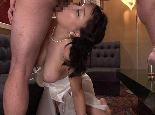 熟女風俗店の母が勃起したチンポをしゃぶるアダると主婦の陰唇動画