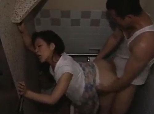 トイレでmannkonakadasiするカップルの中年女性 性的魅力動画