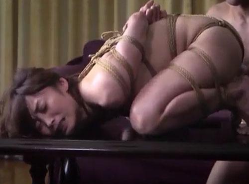 プライベートな熱い中年女性妻の性的魅力を収めたアダルルビデオ無料動画